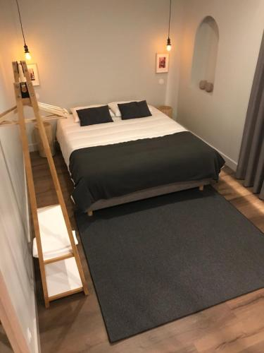 A bed or beds in a room at Welcome inn Viseu