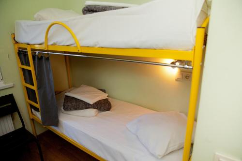 A bunk bed or bunk beds in a room at Capsularhouse Hostel