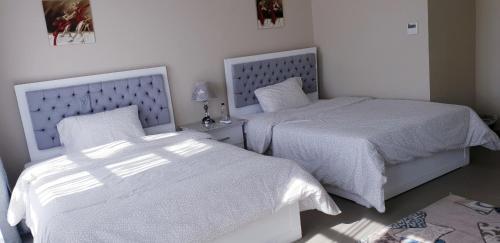 سرير أو أسرّة في غرفة في ocean view apartment