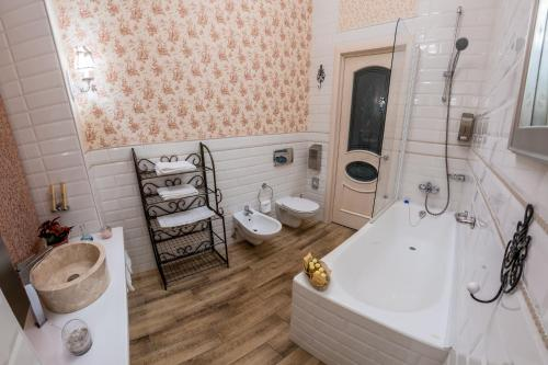 A bathroom at Trezzini Art Hotel