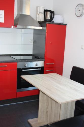 A kitchen or kitchenette at Ahoi-Gästehaus
