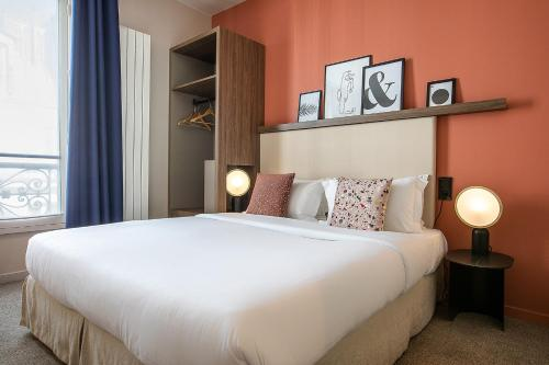 A bed or beds in a room at Le Petit Belloy