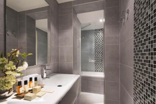 A bathroom at Hôtel Belloy Saint Germain