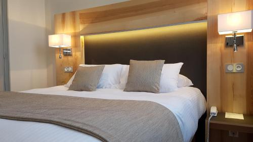 A bed or beds in a room at Hotel Le Cercle