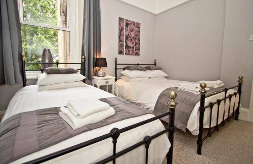 A bed or beds in a room at The Hedley Townhouse B&B