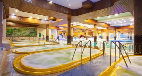 בריכת השחייה שנמצאת ב-Hotel Gołębiewski Karpacz או באזור