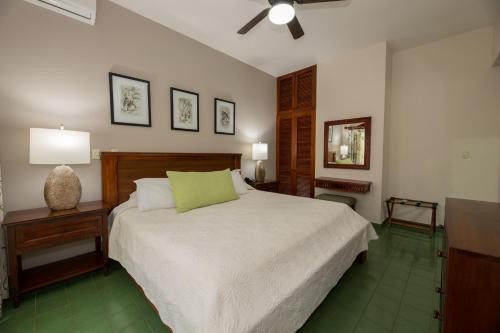 A bed or beds in a room at Hotel Club del Mar Oceanfront