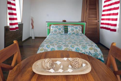 A bed or beds in a room at Faro del Colibri