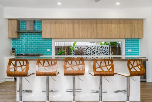 A kitchen or kitchenette at Byron Moon - Right across from Belongil Beach!