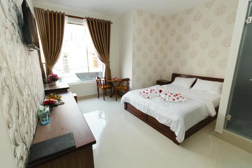 A bed or beds in a room at VẠN LỘC HOTEL