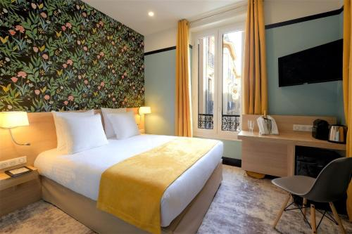 A bed or beds in a room at Hotel de France