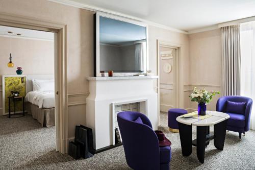 Télévision ou salle de divertissement dans l'établissement Sofitel Le Scribe Paris Opera
