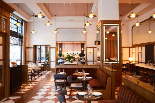 Ein Restaurant oder anderes Speiselokal in der Unterkunft Shinola Hotel