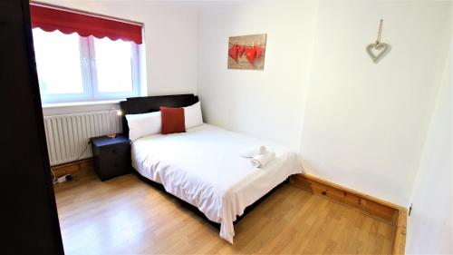 A bed or beds in a room at Godley Vc House Apartment