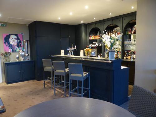 The lounge or bar area at LE H - Hôtel & Restaurant