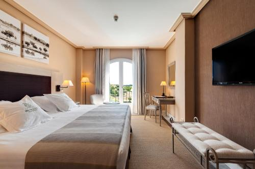 A bed or beds in a room at Barceló Montecastillo Golf
