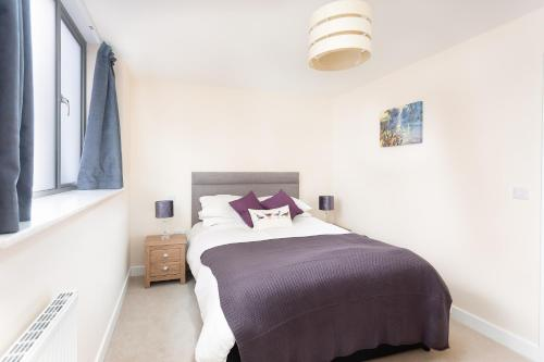 A bed or beds in a room at Stylish Modern City Centre Apartment