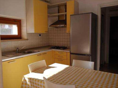 A kitchen or kitchenette at Apartments Tony in Bardolino