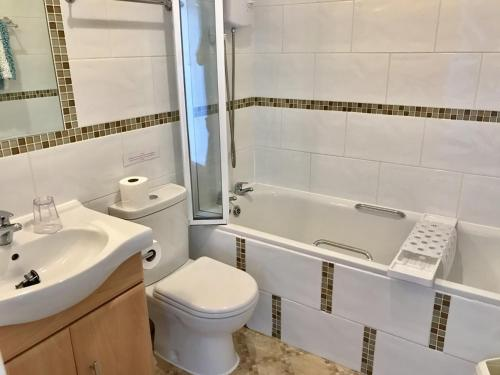 A bathroom at Sunningdale Apartments