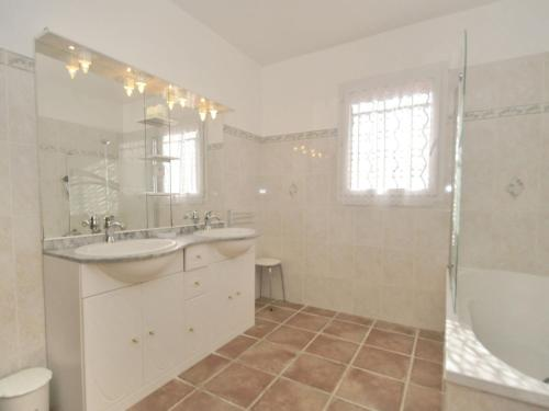 A bathroom at Cozy Holiday Home in Aiguines with Garden