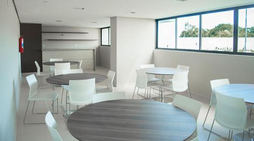 A restaurant or other place to eat at Apt alto padrão todo mobiliado e decorado em cond. Fechado