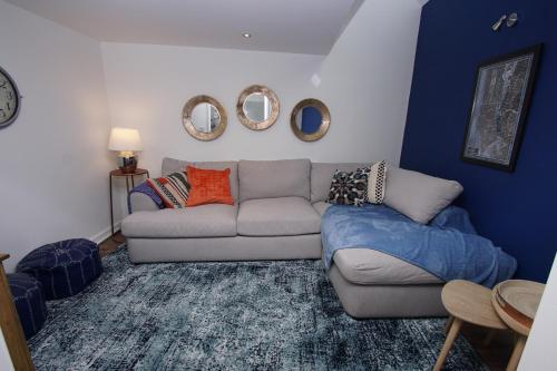 A seating area at Air Host and Clean - Apartment 1, 13 Broadhurst Street
