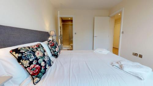 A bed or beds in a room at NIKSA Serviced Accommodation - Welwyn Garden City Business Park