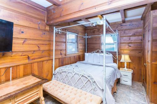 A bed or beds in a room at Apple Creek Cottages