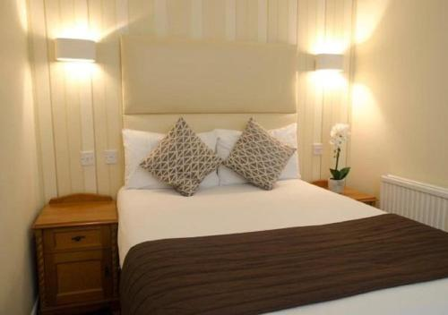 A bed or beds in a room at Kings Hotel