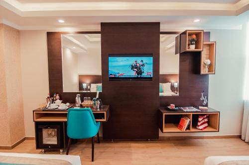 A television and/or entertainment centre at Hotel Diamond Lima