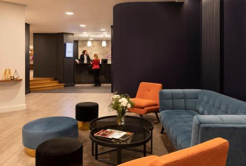 The lobby or reception area at Citadines Trocadéro Paris