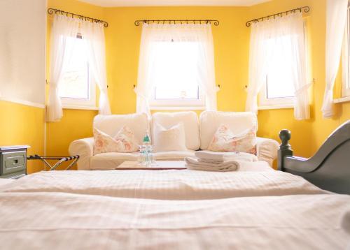 Ein Bett oder Betten in einem Zimmer der Unterkunft Hotel Garni zur Post