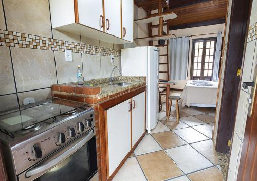 A cozinha ou cozinha compacta de Lonier Ilha Inn Flats