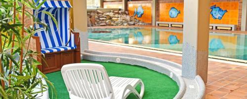 Ein Blick auf den Pool von der Unterkunft Savoy Hotel Bad Mergentheim oder aus der Nähe