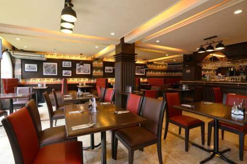 A restaurant or other place to eat at Hotel La Corona Manila