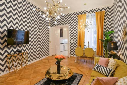 TV a/nebo společenská místnost v ubytování Dalí Wenceslas Square Apartment