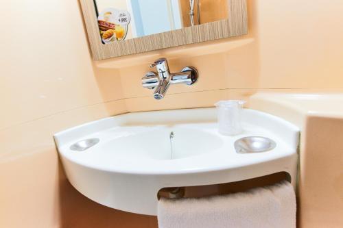 A bathroom at Premiere Classe Roissy CDG - Paris Nord 2 - Parc des Expositions