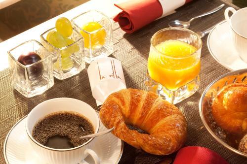 Breakfast options available to guests at Hotel La Villa Saint Germain Des Prés