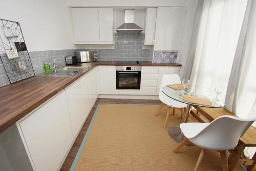A kitchen or kitchenette at Air Host and Clean - Apartment 3, 13 Broadhurst Street
