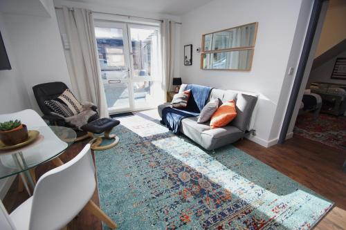 A seating area at Air Host and Clean - Apartment 4, 13 Broadhurst Street
