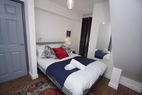 A bed or beds in a room at Air Host and Clean - Apartment 4, 13 Broadhurst Street