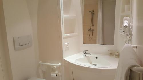 A bathroom at Hotel Talencia