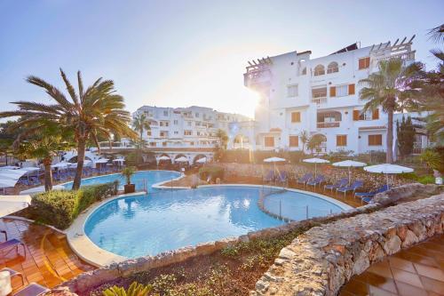 Basen w obiekcie Gavimar La Mirada Hotel and Apartments lub w pobliżu