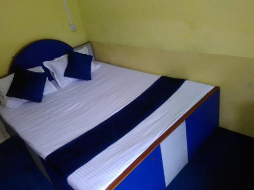 A bed or beds in a room at Hotel Siddharth