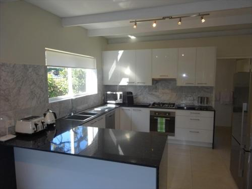 A kitchen or kitchenette at Beautifully Renovated Three Bedroom Home in Cammeray - CAMM3