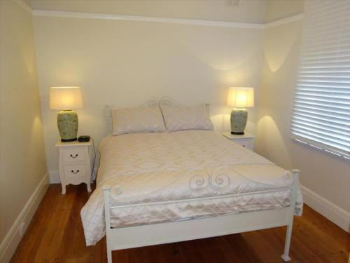A bed or beds in a room at Beautifully Renovated Three Bedroom Home in Cammeray - CAMM3