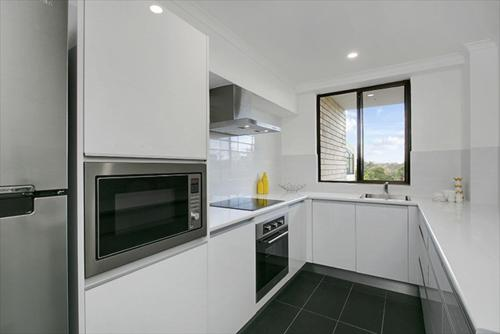 A kitchen or kitchenette at Newly Renovated Immaculate One Bedroom Apartment in Cremorne - CREM4