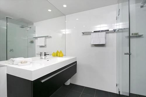 A bathroom at Newly Renovated Immaculate One Bedroom Apartment in Cremorne - CREM4