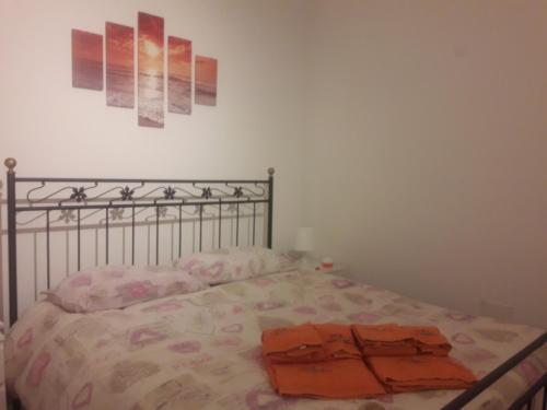 Un pat sau paturi într-o cameră la Sole Mio Rooms & Breakfast