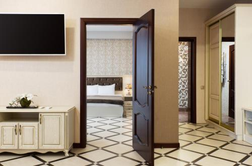 Телевизор и/или развлекательный центр в MODART Olympic Hotel & Beach
